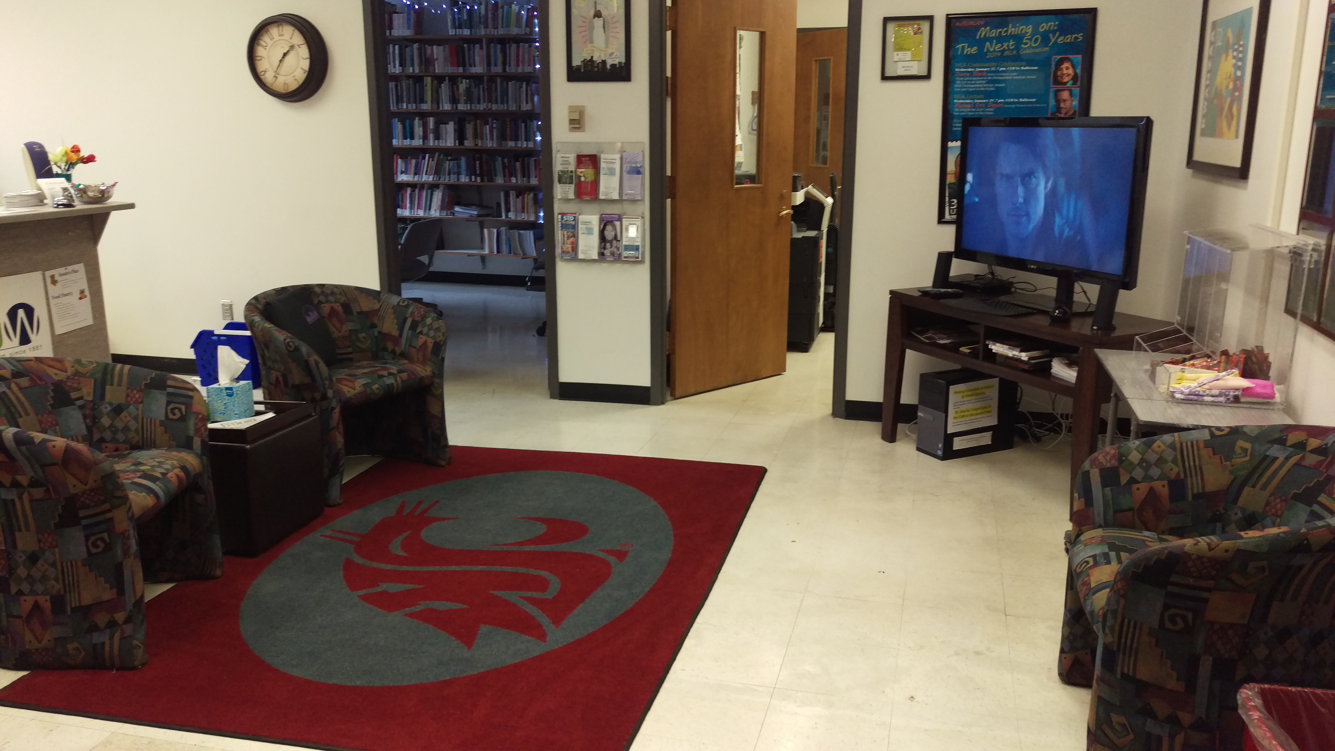 lounge with cougar rug, chairs, TV
